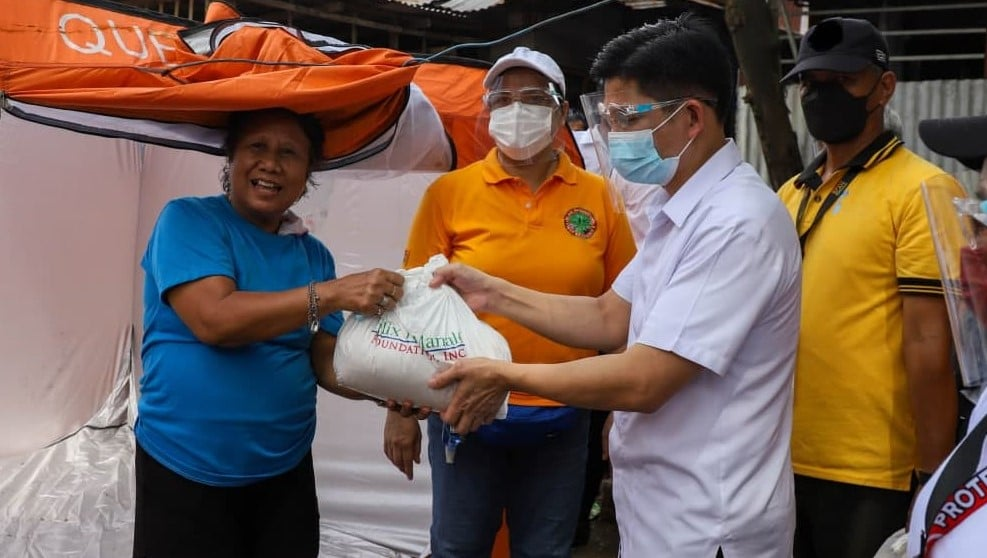 Ecclesiastical District of QC sends prompt aid to fire victims